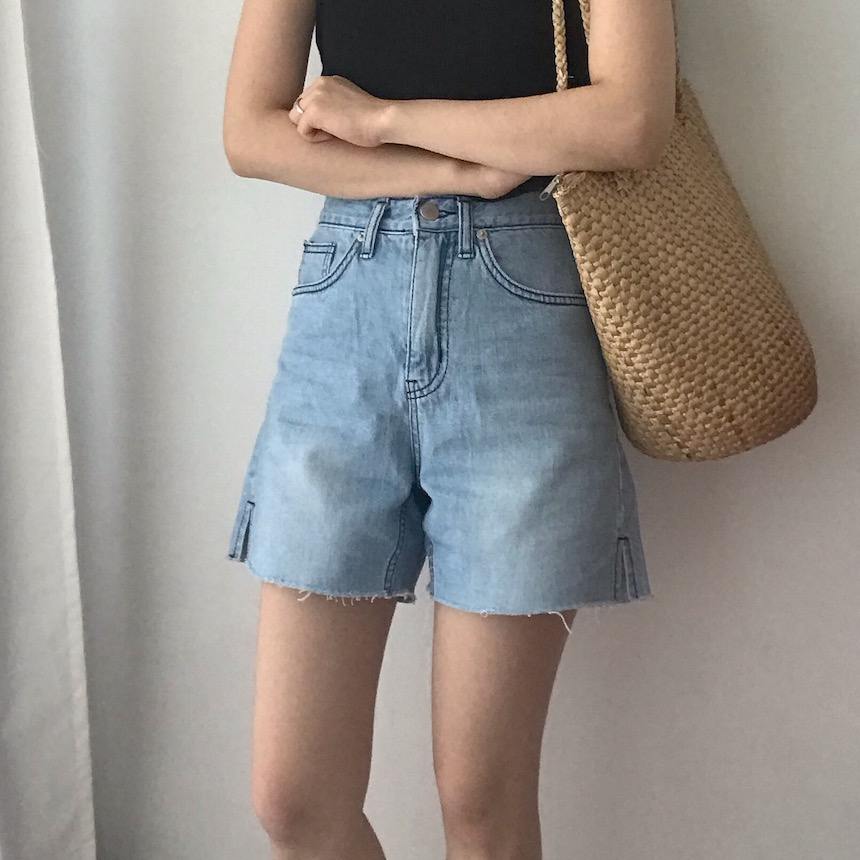 Short denim pants with a slit
